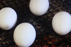 卵を殻ごと焼く方法