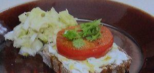 ベイクドトマトとライ麦パンのプレート