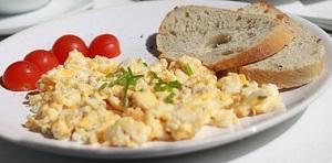 朝食、スクランブルエッグ