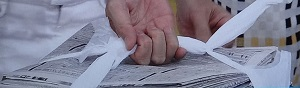 新聞紙を縛る