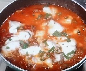 牛肉の簡単トマト煮ピザ風