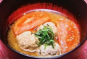 トマトと鶏団子の味噌汁